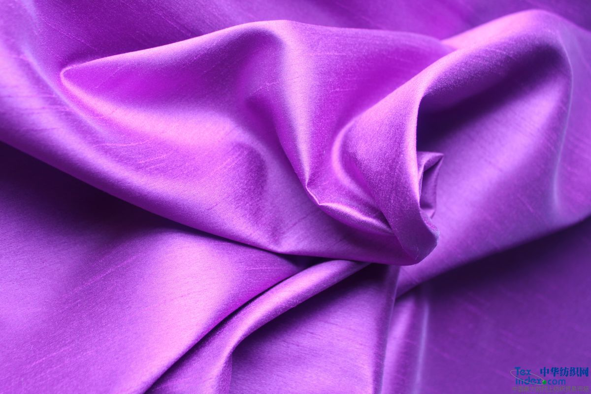 在真丝类产品中有真丝双宫这类产品,仿双宫就是仿效真丝双宫纹理与织造的面料  杭州国达丝绸厂的仿双宫经纬均为100%涤纶纱线,一般用于软装饰,例如窗帘,沙发,软包等。 一般仿双宫的竹节纹理都是有规律的,纱线在织造竹节时是由电脑控制而做出不同的竹节风格。 目前市面上的仿双宫产品有20D*320D 30D*320D 等多个,由不同粗细的涤纶纱线组成不同克重的仿双宫产品。